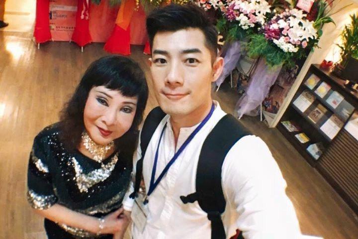 小明明和兒子施易男感情非常好。圖/摘自臉書