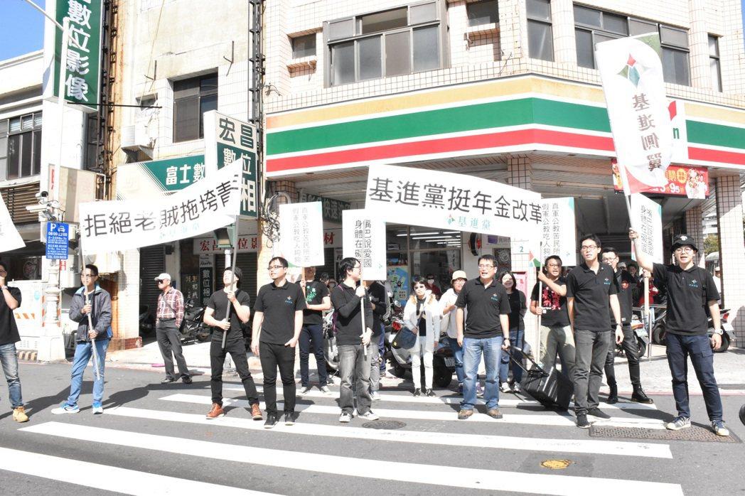 基進黨與軍公教團體隔街叫囂。記者蕭雅娟/攝影