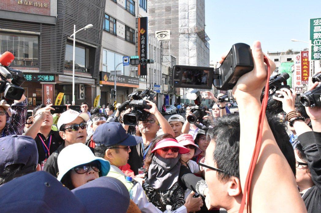 婦人情緒激動要青年離開現場。記者蕭雅娟/攝影