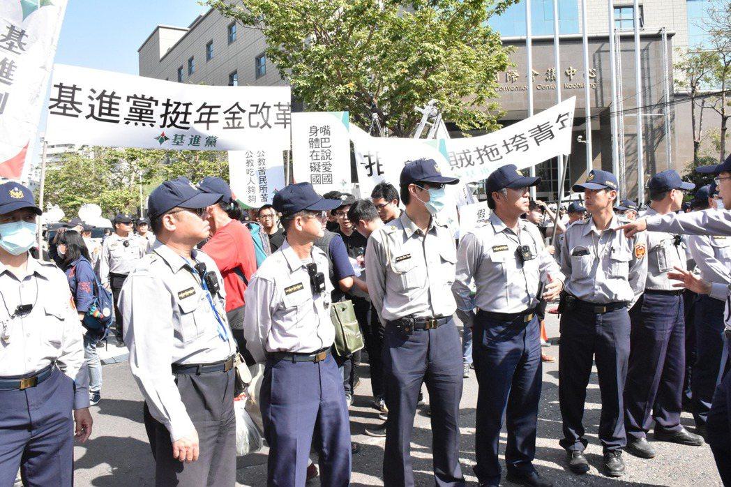 警方人牆分隔雙方。記者蕭雅娟/攝影