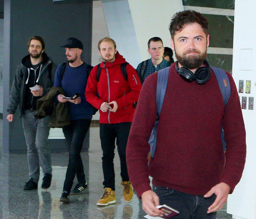 「吟遊詩人」Passenger(右)與團員,8日上午搭機抵台,準備9日晚間在台北