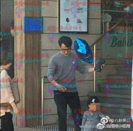 劉愷威抱女兒小糯米在香港街頭玩耍。圖/摘自微博