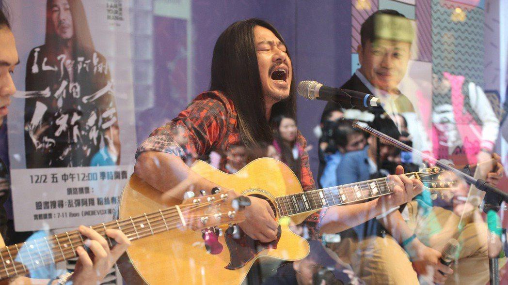 亂彈阿翔舉辦《一個人的旅行》演唱會,於台北信義香堤直播間舉辦不插電搶先看活動。記...