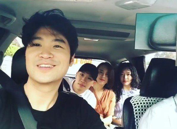 崔子(左)和燙著卷髮的雪莉(右)在台灣計程車上。圖/摘自崔子IG
