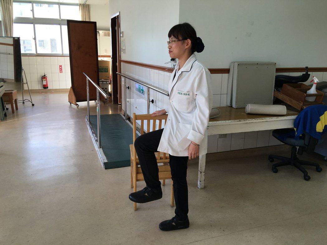 玉里慈濟醫院物理治療師邱新時教民眾簡單的運動訓練腿部肌力,例如身體站直、左腳先抬...