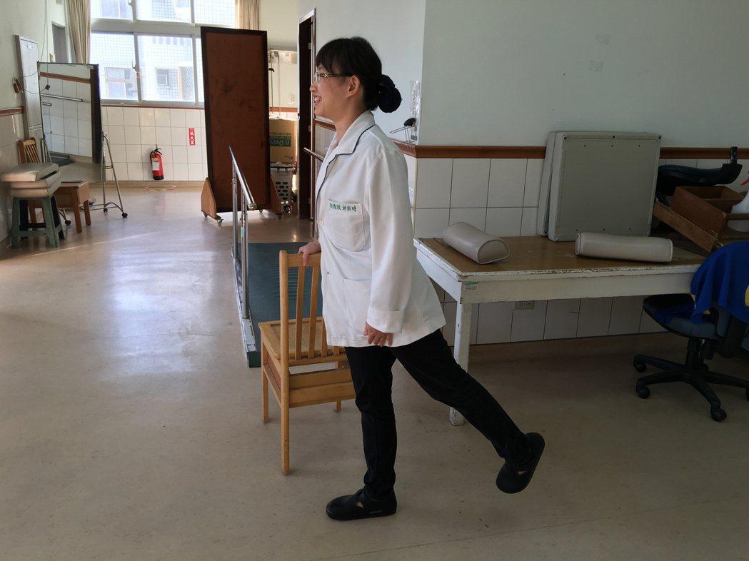 玉里慈濟醫院物理治療師邱新時教民眾簡單的運動訓練腿部肌力,例如身體站直,左腳伸直...