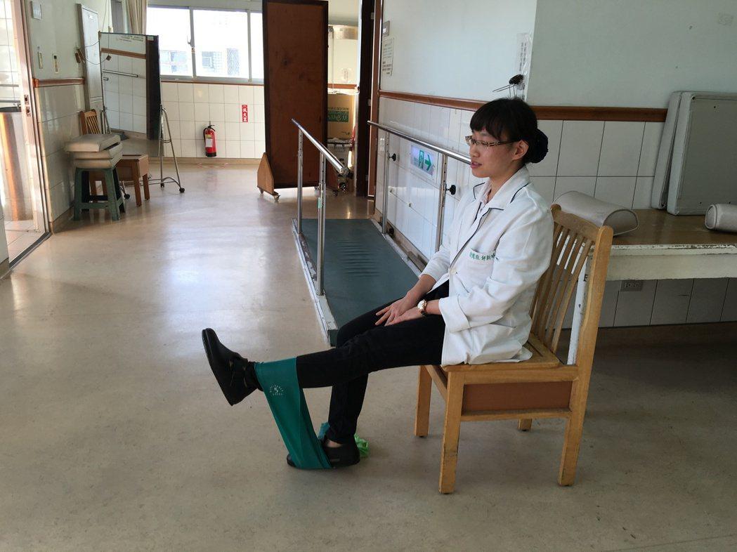 玉里慈濟醫院物理治療師邱新時教民眾簡單的運動訓練腿部肌力,例如先做再椅子上,左腳...