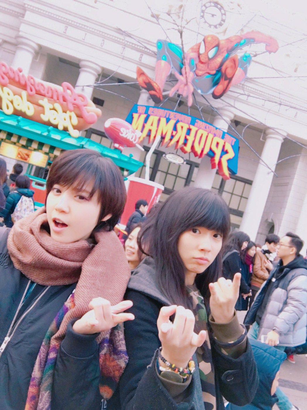 宇宙(右)、樂樂瘋玩大阪環球影城。圖/可米提供
