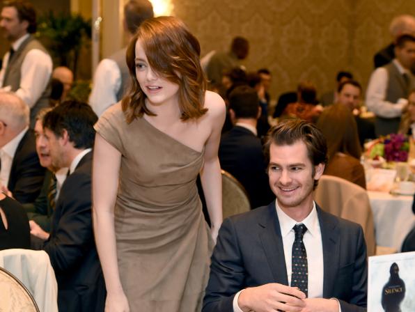 艾瑪史東與前男友安德魯加菲爾德在美國電影學院獎(AFI Awards)同框畫面。...