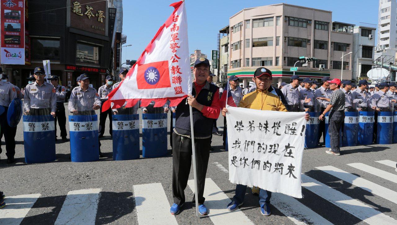 年金改革分區會議今天在高雄登場,退休警員蔡榮仁(右)手拿「學弟妹覺醒!我們的現在...
