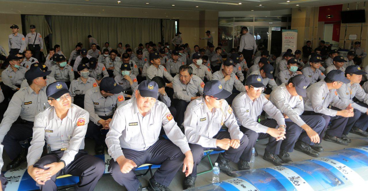 年金改革分區會議今天在高雄登場,有基層員警私下說,大家都要養家,如果不是穿著警察...
