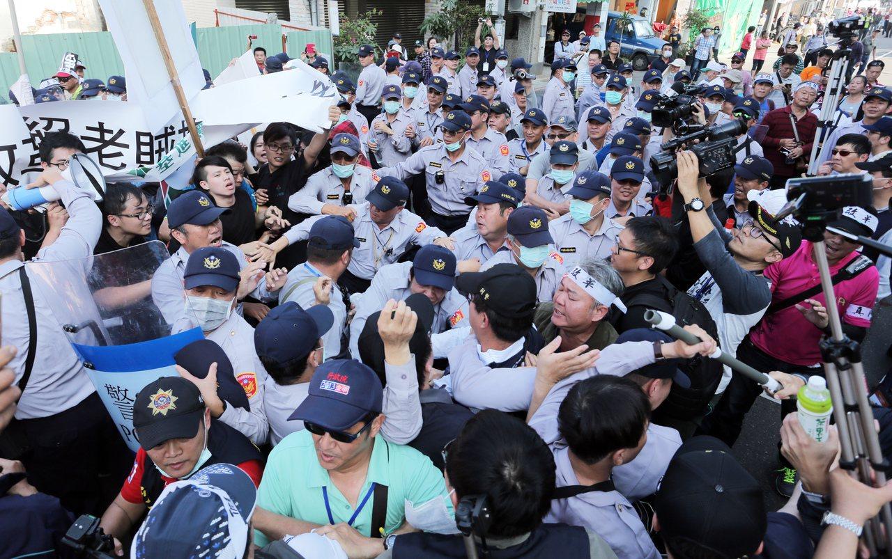 國家年金改革座談會南部場今天登場,現場有多名基進側翼人士拉布條呼喊「拒絕老賊拖垮...