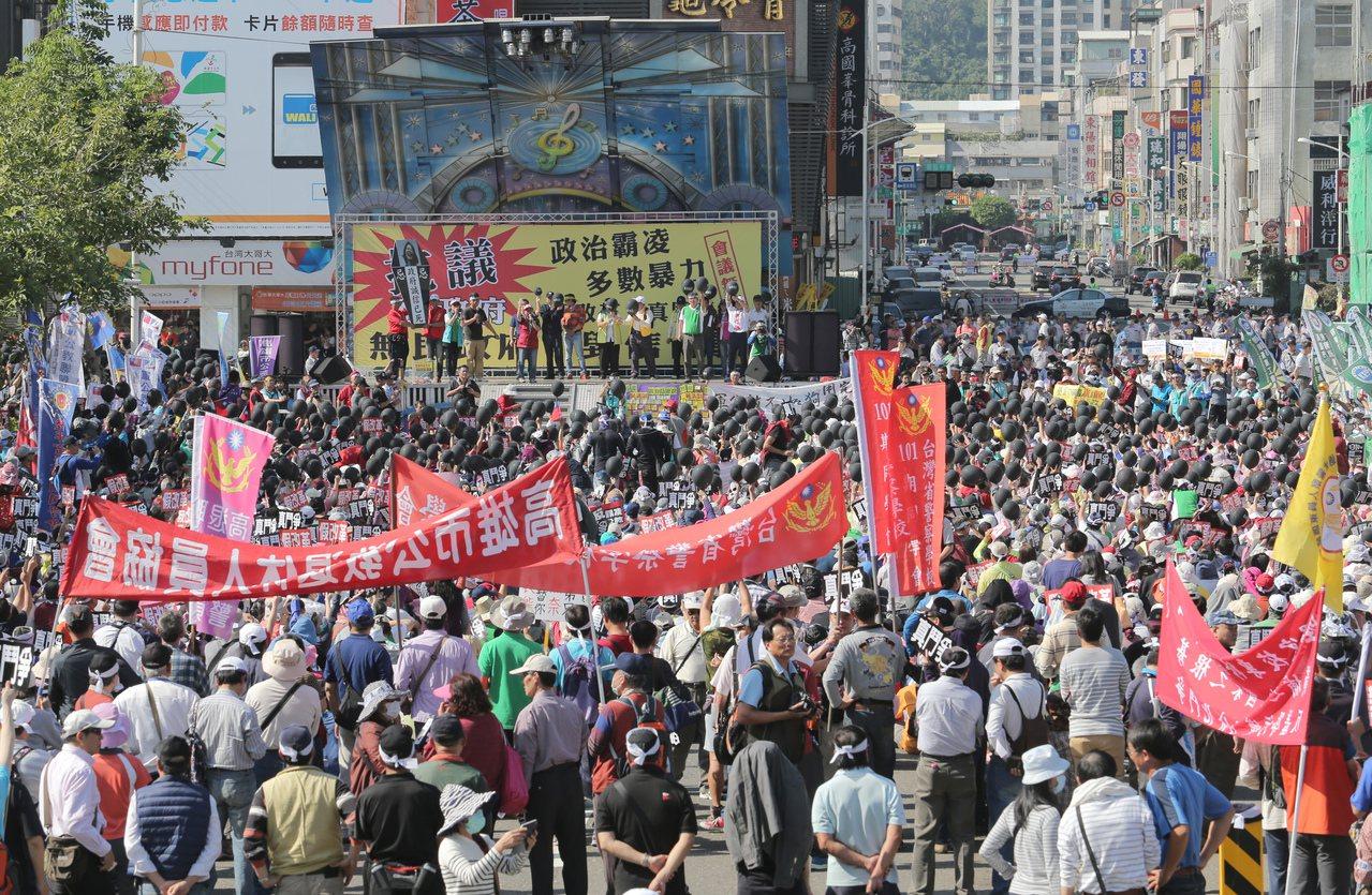 國家年金改革座談會南部場今天登場,上千名反對年金改革的軍公教團體手持各種標語在會...