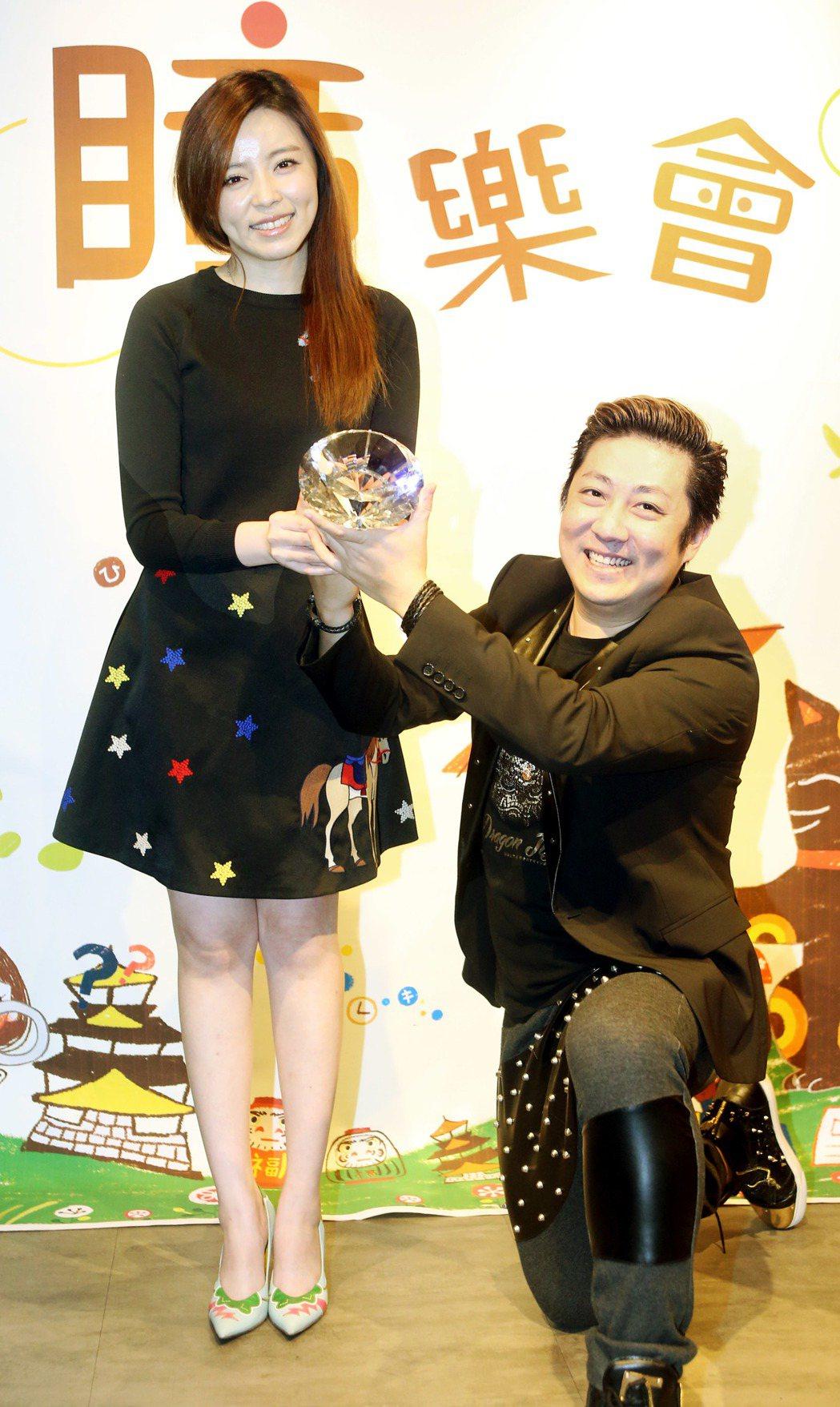 王瞳(左)自創品牌在網路賣台灣在地健康零嘴,艾成(右)到場跪地送戒求婚,將二人的...