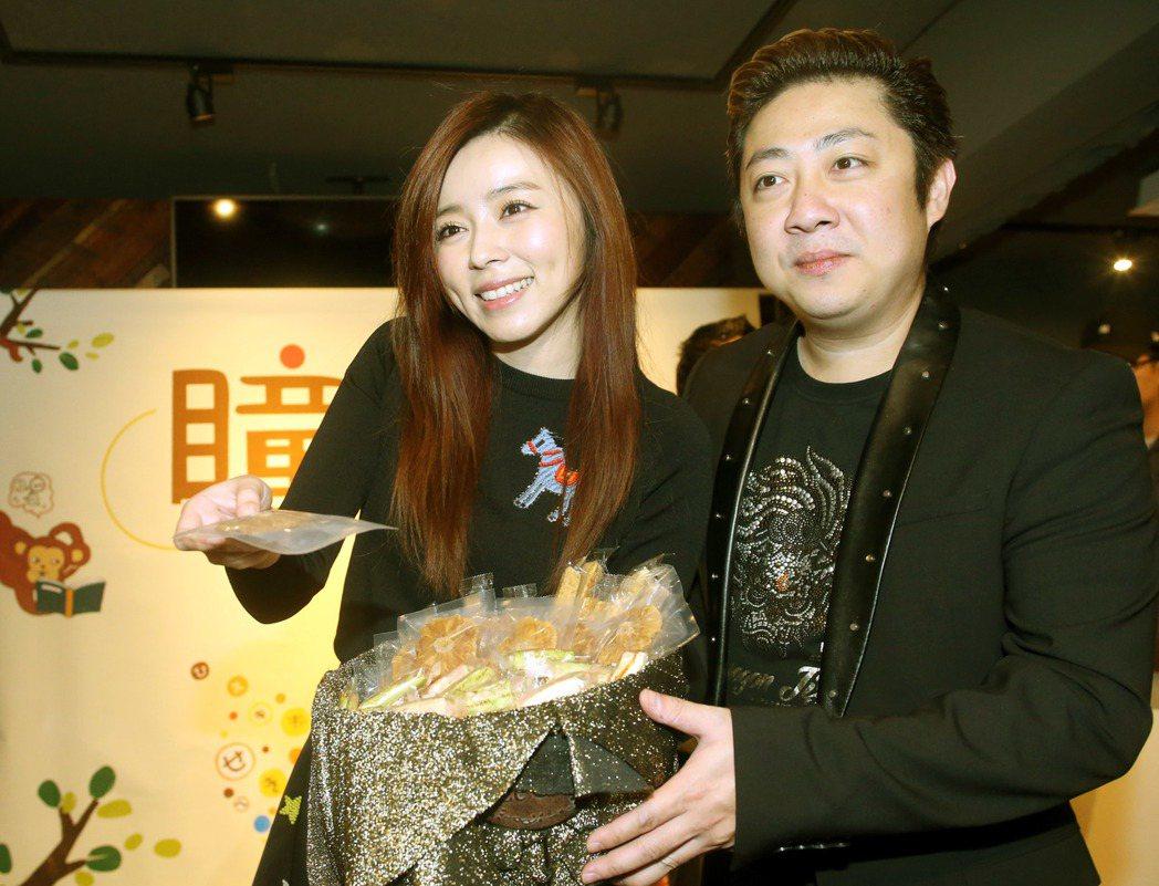 王瞳(左)自創品牌在網路賣台灣在地健康零嘴,艾成(右)到場跪地送戒求婚,將二人的