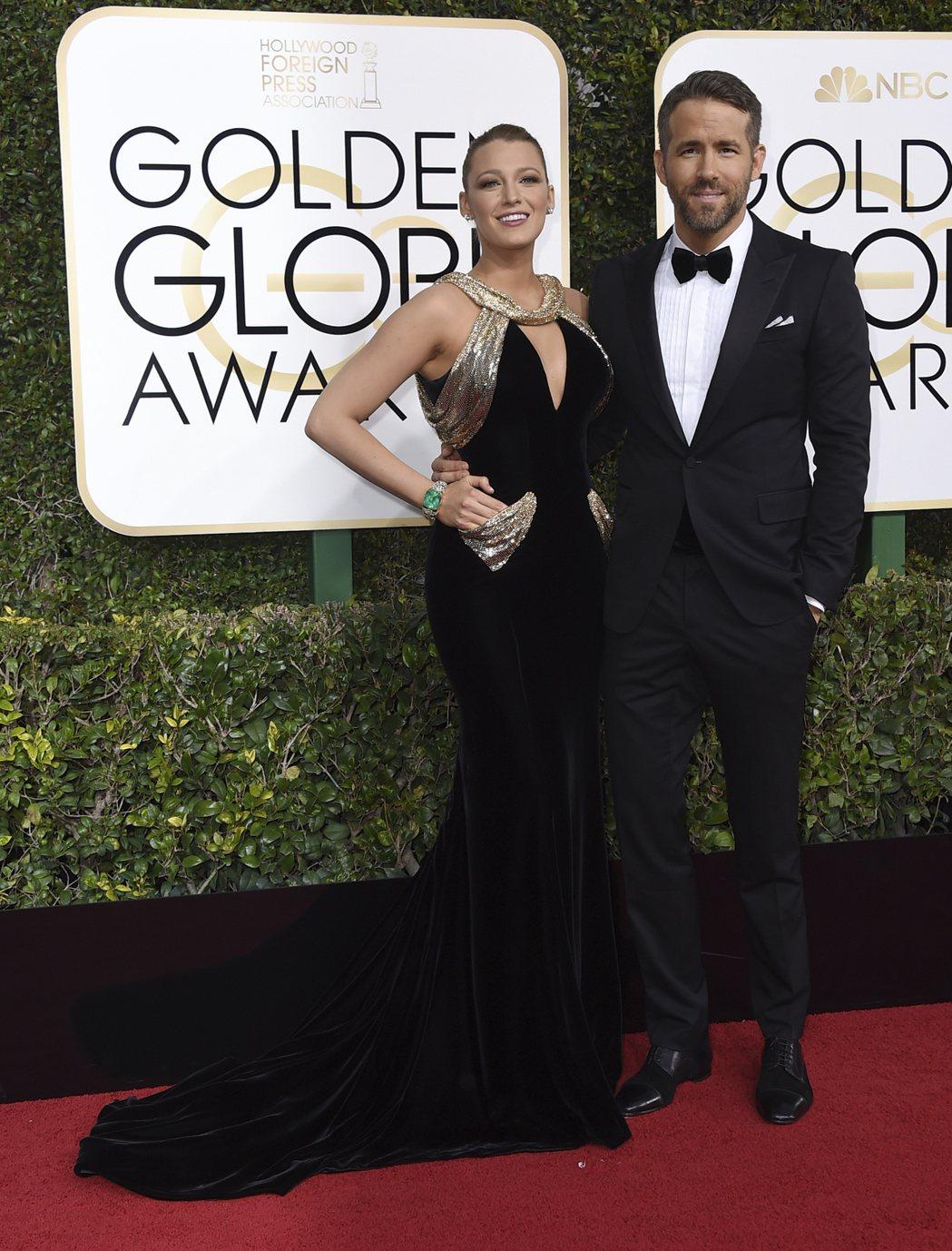 布蕾克萊芙莉選穿Versace禮服,霸氣美搭配萊恩雷諾斯。
