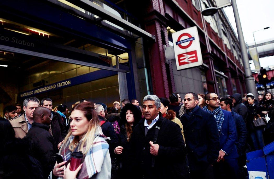 雖然造成不便,但9日清早通勤的倫敦上班族,卻也接受地鐵工會的罷工決定。 圖/路透...