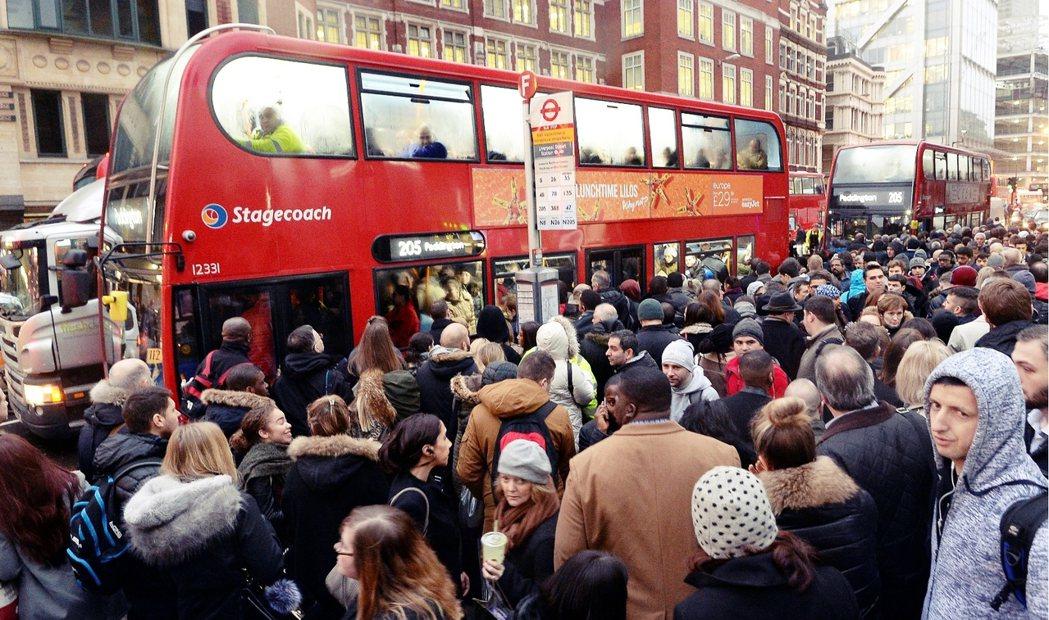 地鐵大罷工,倫敦街頭塞爆的輸運巴士。 圖/美聯社