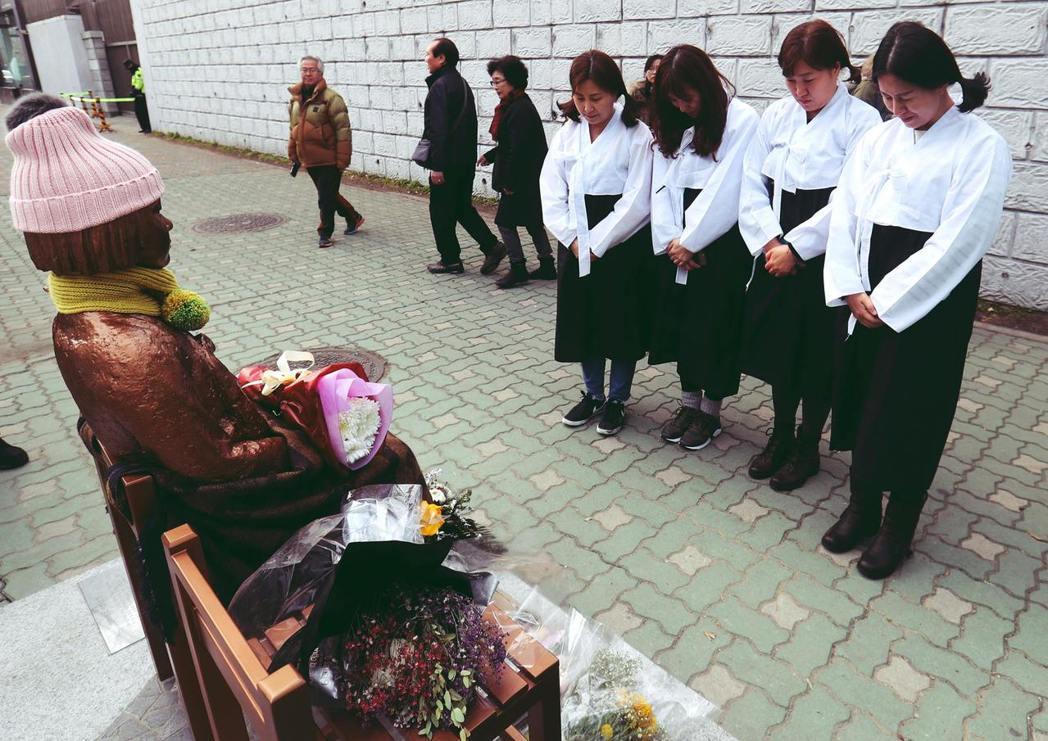 韓國釜山慰安婦少女像爭議持續延燒,日本駐韓大使雖然已經返回日本,但雙方激烈的輿情...