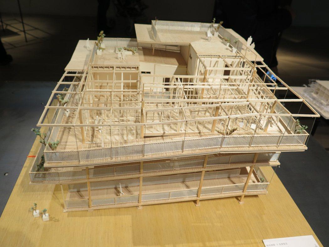 位於屏東里港的長傑工共集居,是營造商自建的三代同堂住宅,每樓層外都有寬敞廊道,讓...
