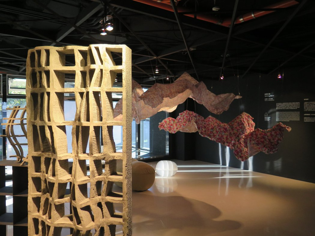 不少建築師努力實驗混凝土各種可能,混入鋼絲做成曲面混凝土(左前方、布般柔軟的混凝...