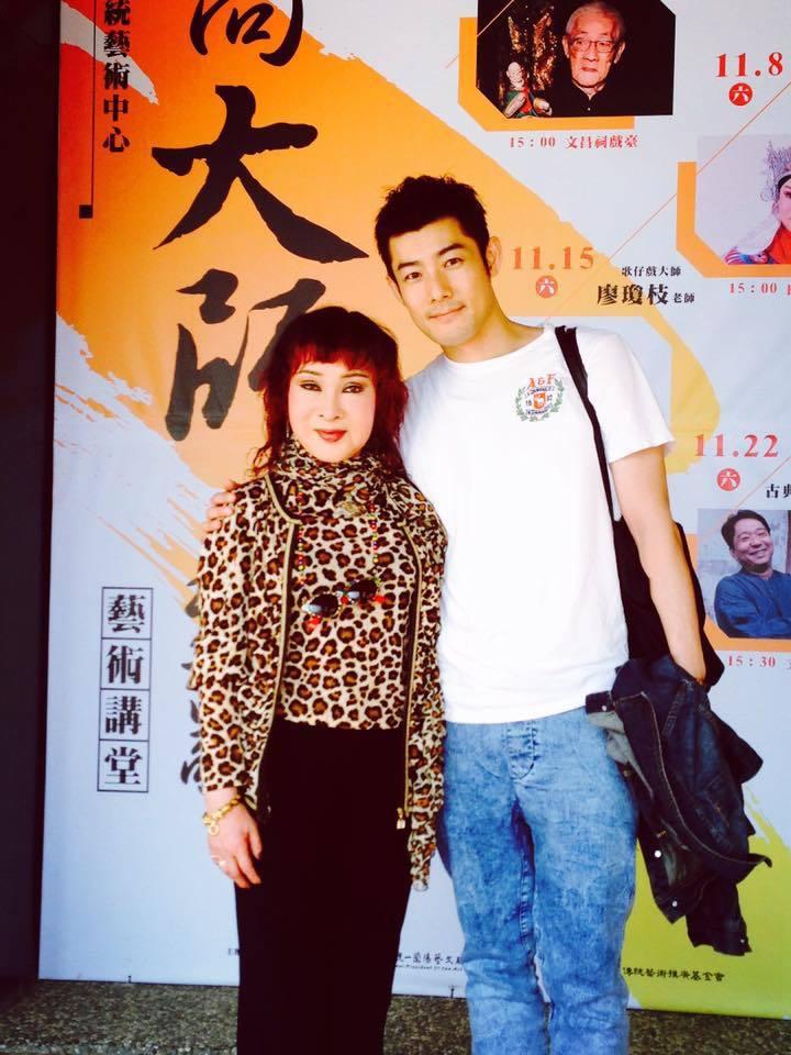 施易男(右)PO出與媽媽小明明的合照。圖/摘自臉書