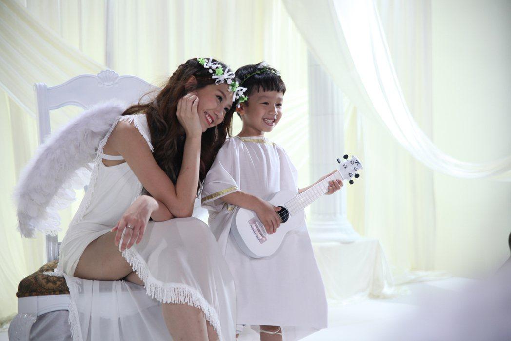 四叶草「在一起」MV天使造型,露120公分美腿。图/量能文创提供