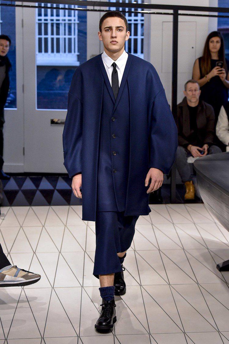 Hussein Chalayan首次打造男裝系列,解構了西裝輪廓,展現立體剪裁的...