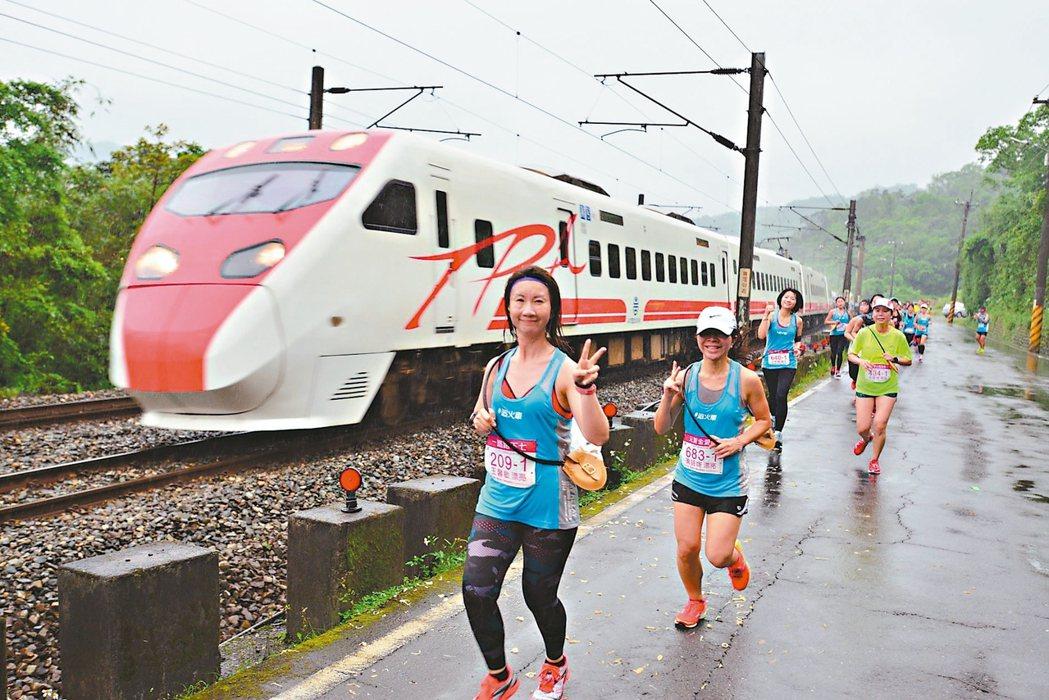 去年鐵道馬拉松吸引6000名跑者一起「追火車」,今起開放報名。 圖/觀旅局提供
