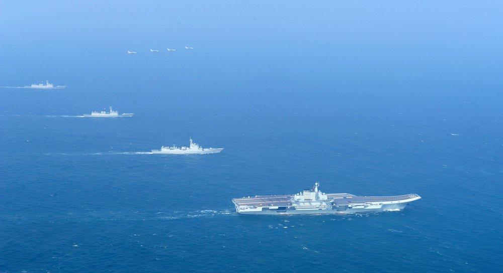 中國也跟蘇聯海軍一樣,把主要假想敵設定為美國,同樣也是劣勢海軍準備在近海對抗優勢海軍。圖為2014年遼寧艦與水面艦艇、飛機進行協同訓練。 圖/中新社