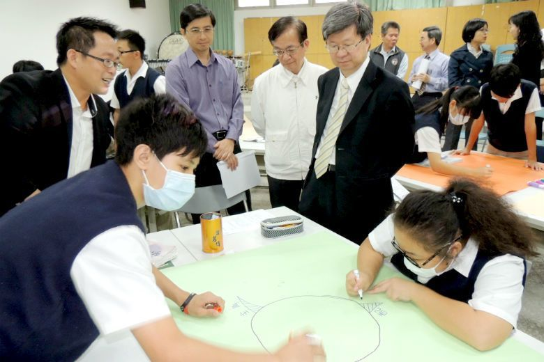 前教育部長吳思華訪視中小學推行翻轉教育的成果。 圖/聯合報系資料庫