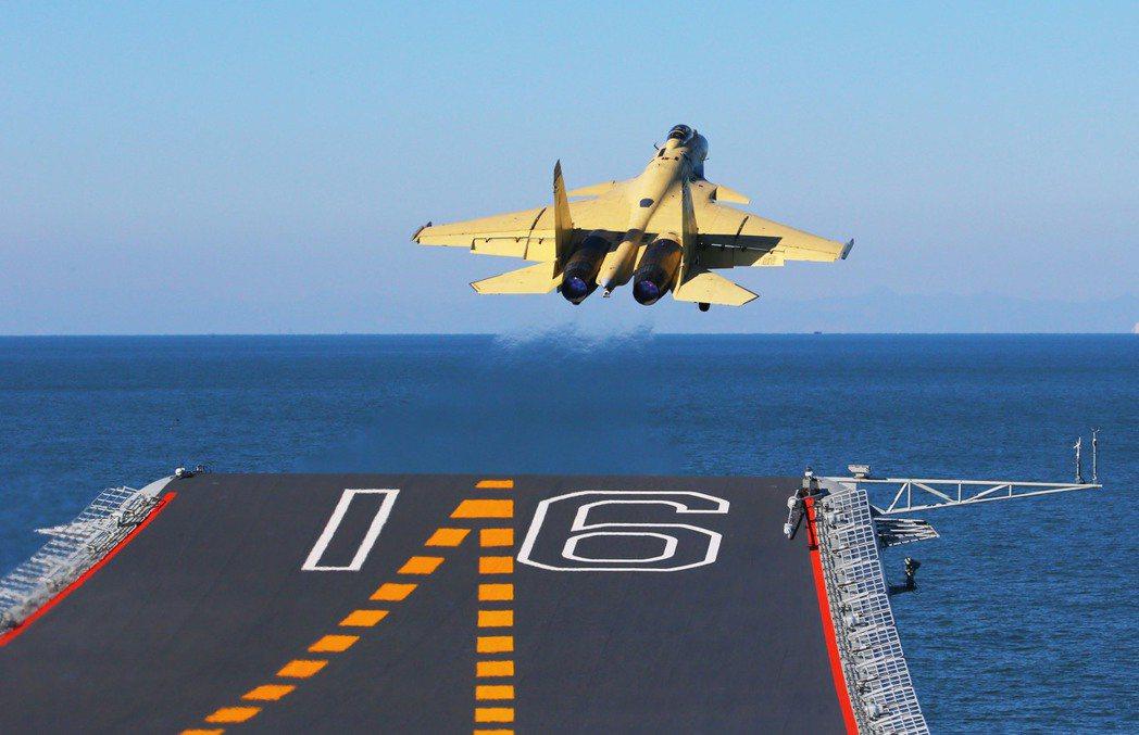 殲-15只能利用位於航艦甲板末端的「第三起飛點」,才能以全武裝掛載升空;但如此一...