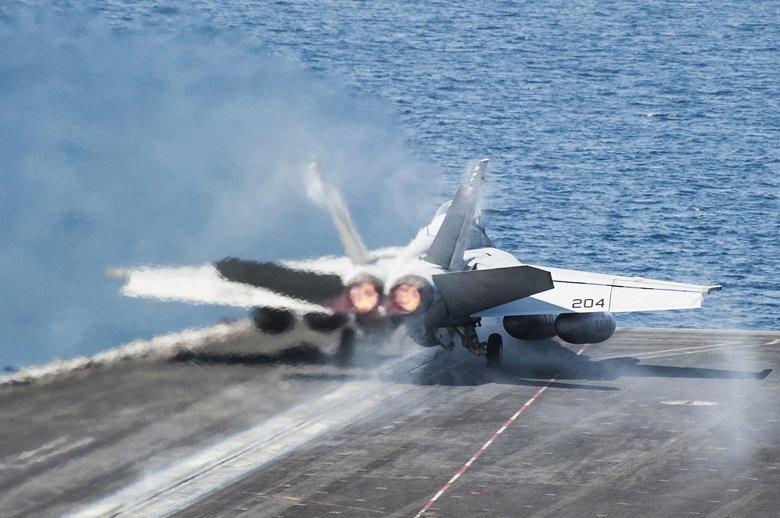 1985年開工建造的庫茲涅佐夫級已經能夠搭載Su-33、MiG-29K等足以與美國的F-14、F/A-18等相提並論的艦載戰機,但艦載戰機數量還是不超過40架。圖為美軍 F/A-18F。 圖/取自美國國防部
