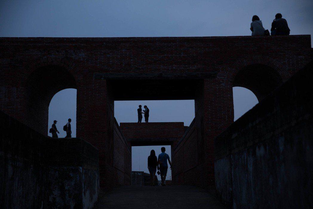 情侶在高雄旗津島欣賞落日。 新華社資料照