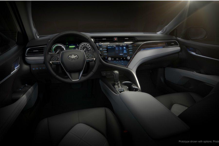 圖為 2018 美規 Toyota Camry Hybrid 車型內裝。 摘自 ...