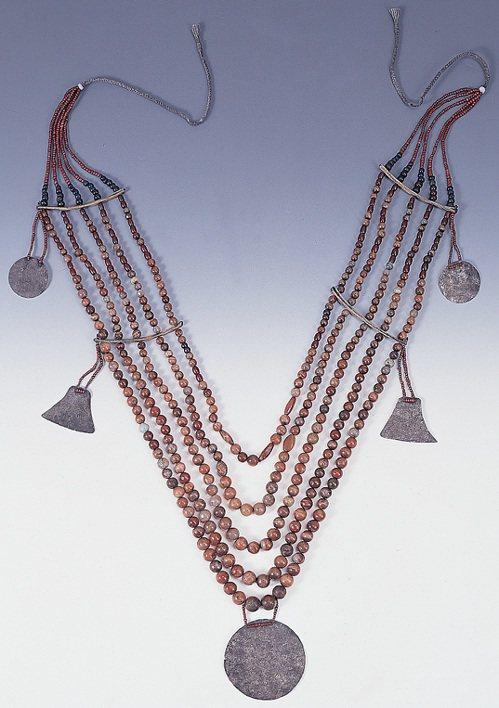 蘭嶼達悟族女性長者參加祭儀盛裝時配戴之大型胸飾,以瑪瑙珠、玻璃珠、貝板等串製而成...