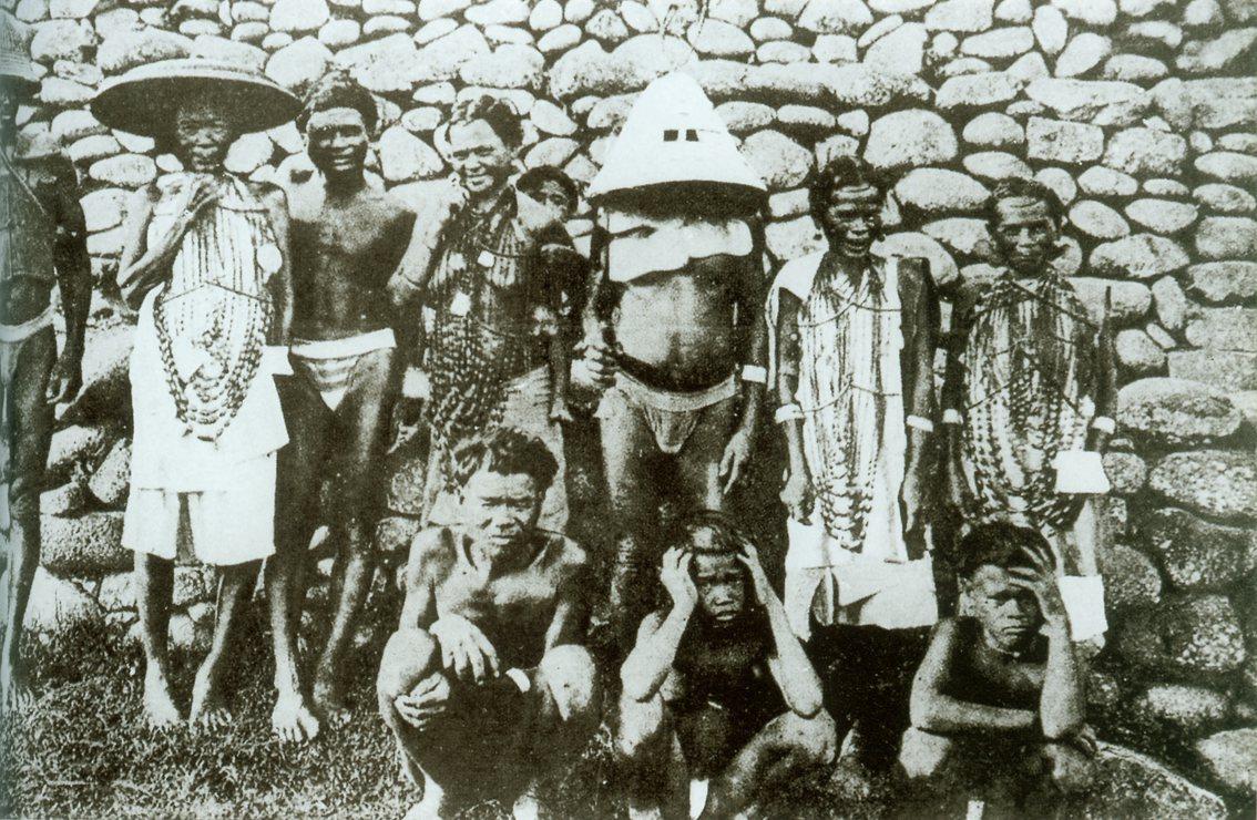 穿戴銀飾品及銀盔的蘭嶼達悟族人。