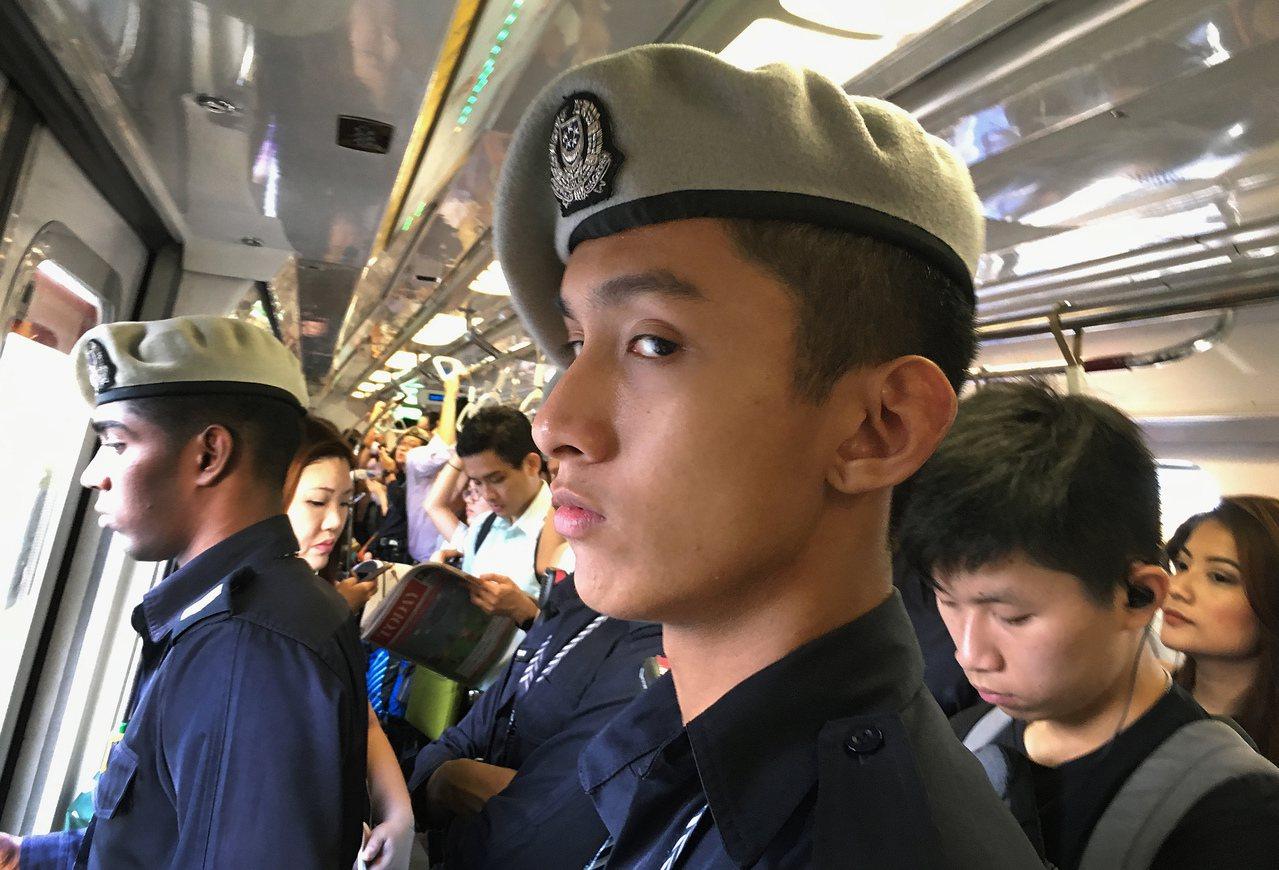 """新加坡长期面临人力短缺的困境,""""辅助警察""""协助正规警察执行诸如反恐任务、边境管制..."""