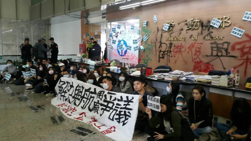 復興航空企業工會今早突襲勞動部,並噴漆抗議,不滿勞動部漠視興航的勞資爭議。圖/興...