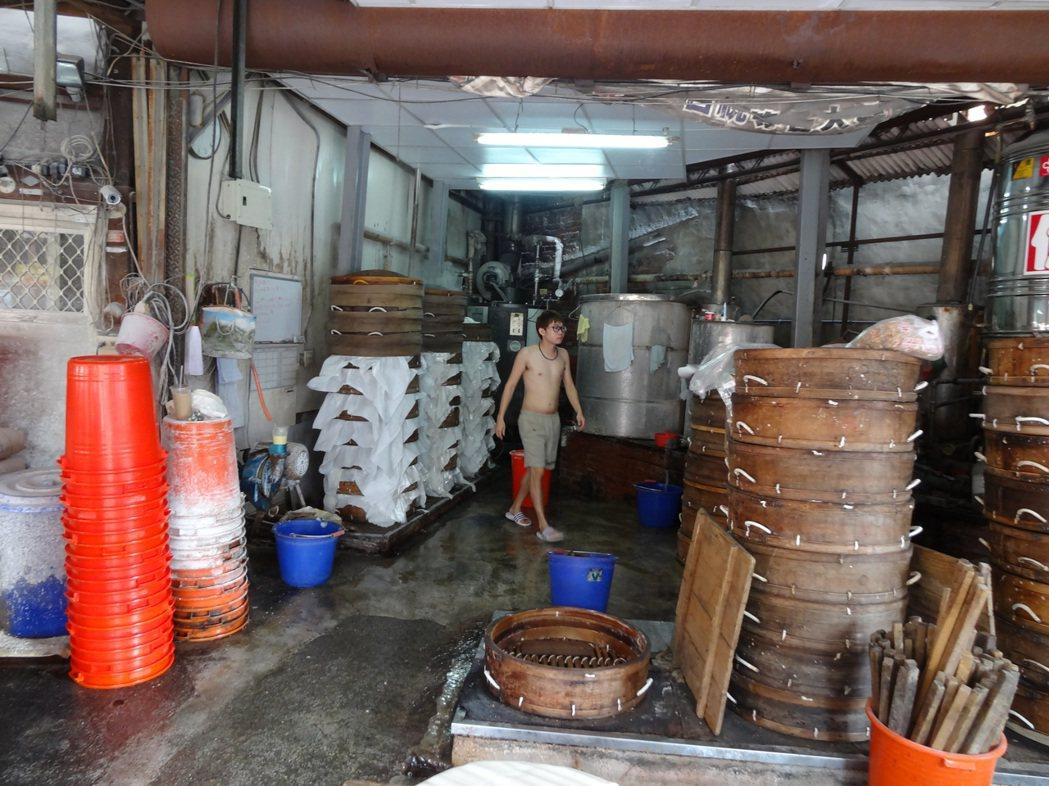 嘉義市東門圓環的東門粿店傳承三代營業逾一甲子每年過年前10天開始全天候大量炊粿因...