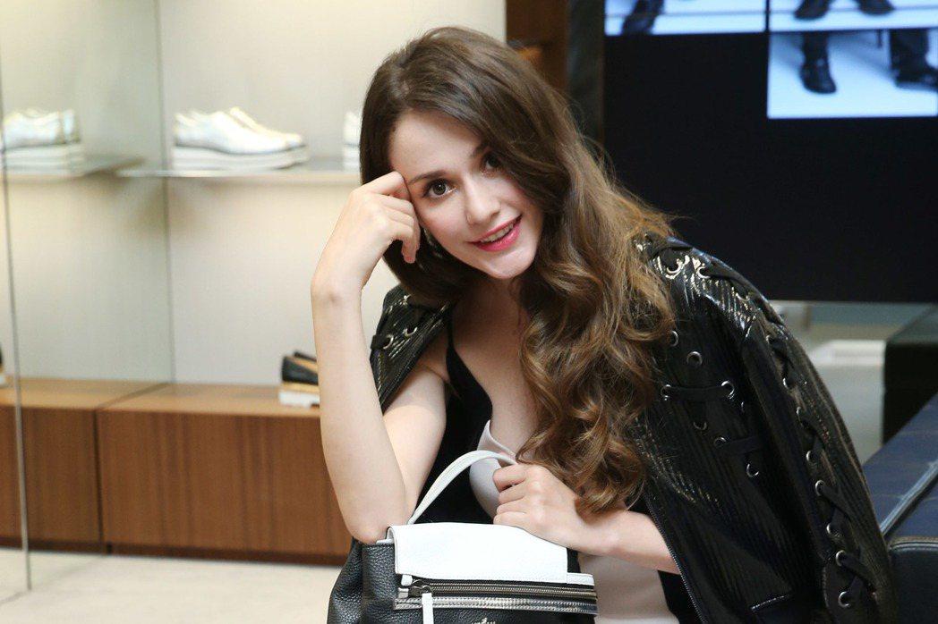瑞莎詮釋HOGAN拉鍊裝飾手提包28,600元,HOGAN REBEL塗鴉印花繫