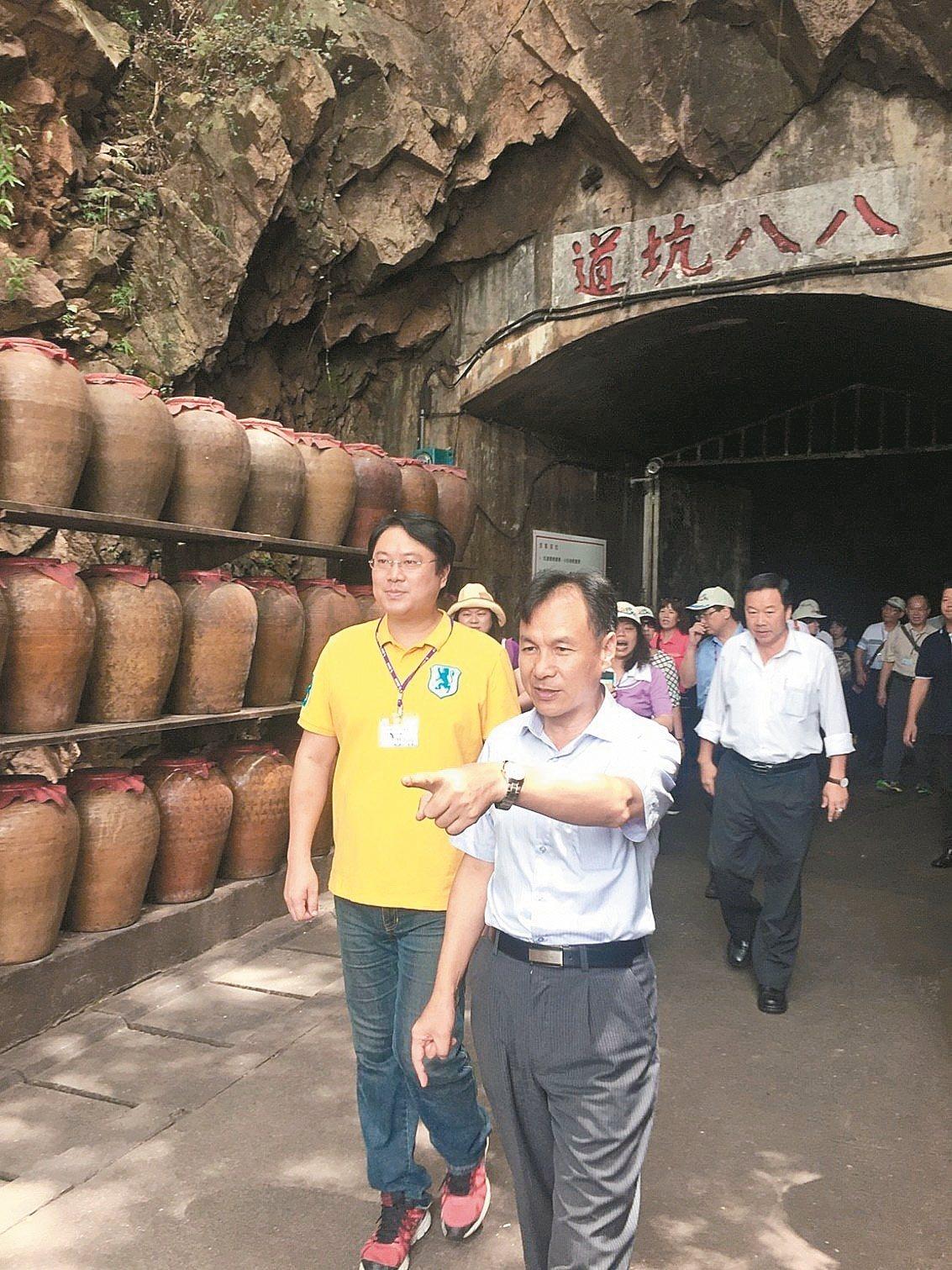 基隆市長林右昌(左)去年由連江縣長劉增應(右)陪同參觀馬祖酒廠八八坑道。 圖/市...