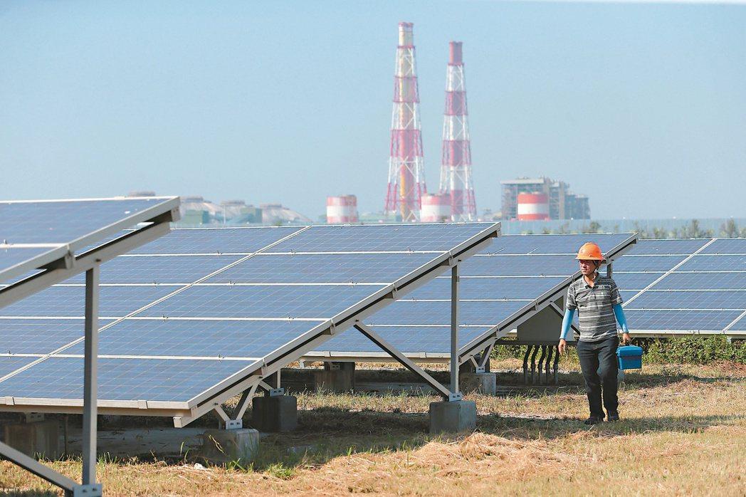 攸關我國電業發展的電業法修正草案已在立法院三讀通過。圖為高雄永安鹽灘地的太陽能電...