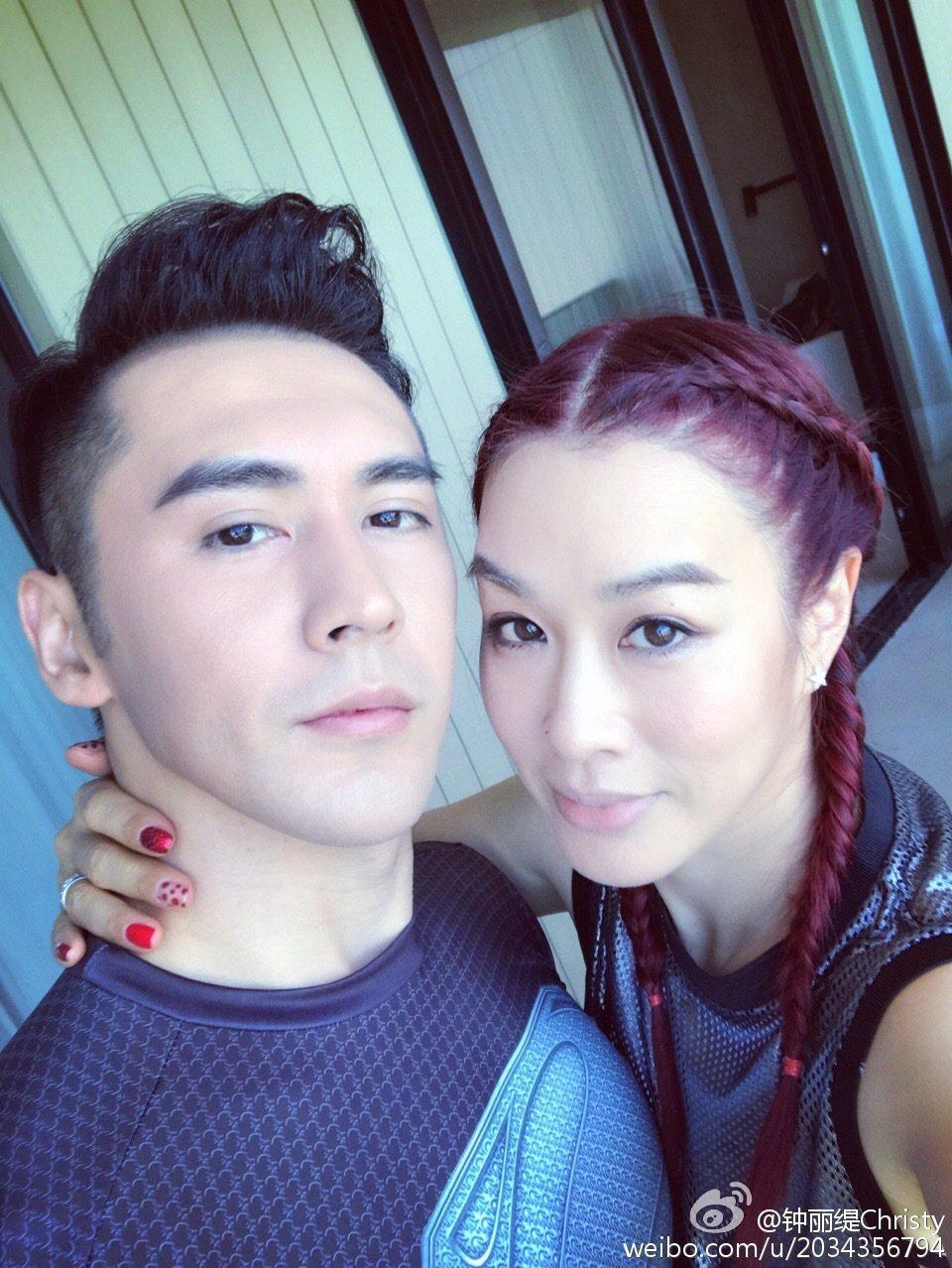 鍾麗緹與老公張倫碩婚後感情甜蜜。圖/取自於微博