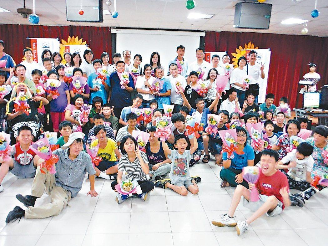 南山人壽屏東直轄通訊處業務夥伴參與屏東伯大尼之家舉辦的「我的太陽爸爸」親子活動。...