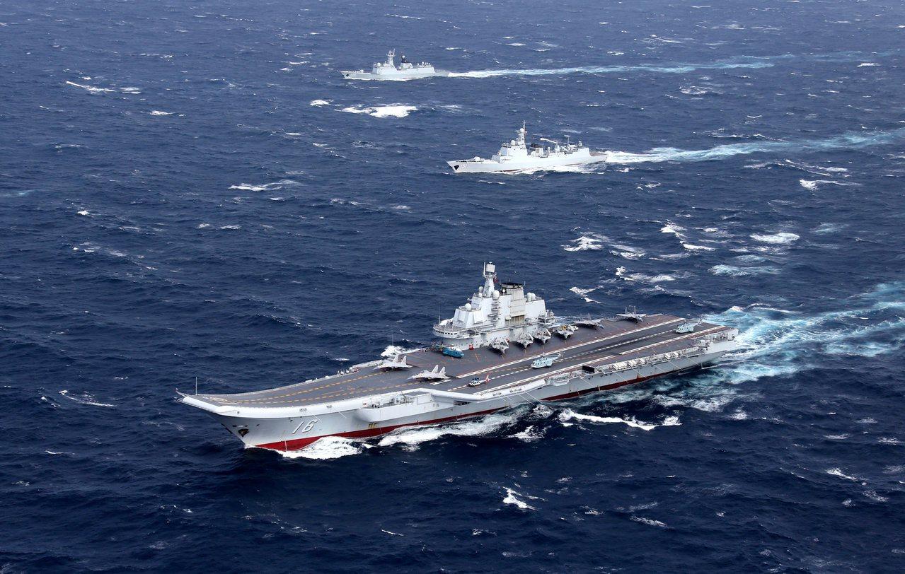 圖為日前中共遼寧艦今天通過台灣海峽。(路透)