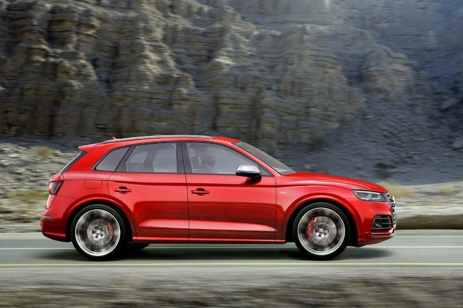 改款後的 Audi SQ5 搭載主動式氣壓懸吊,在降低車高 30mm 的同時,也...