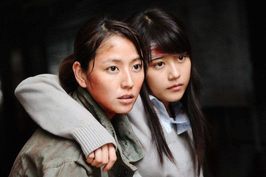 長澤雅美去年演出的「請叫我英雄」,成為去年日本最熱門的喪屍片。 圖/圖擷自日...