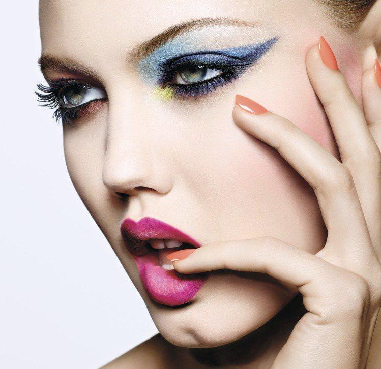 藍綠色系眼妝與漸層美唇的搭配,展現春妝時尚魅力。圖/迪奧提供