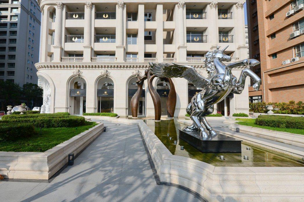 飛天獨角獸是振美「漫光蒙梭」中庭醒目的雕塑品。 圖片提供/振美建設